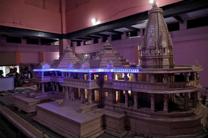 Exposition, en novembre 2018, de la maquette du temple que les hindous veulent construire à Ayodhya, en Uttar Pradesh, dans le nord de l'Inde, à la place de la mosquée Babri.