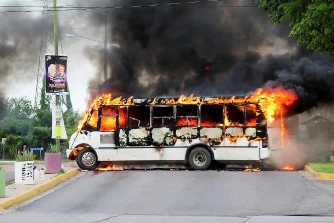 Véhicule en feu à Culiacan, le 17 octobre.