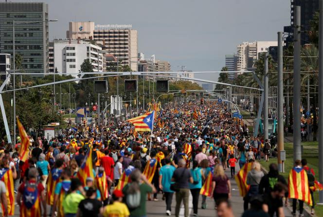Des manifestants indépendantistes dans les rues de Barcelone, vendredi 18 octobre.
