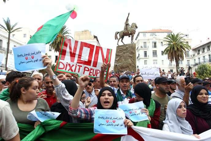 Des étudiants participent aux manifestations antigouvernementales à Alger, le 15 octobre 2019.