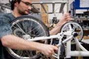 Assemblage d'un vélo Brompton, à Londres, en janvier 2013.