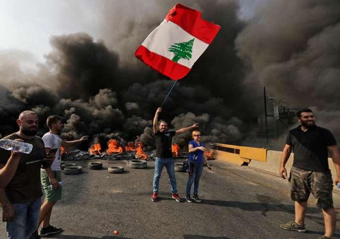 Exaspérés par l'annonce de nouvelles taxes, des Libanais se sont retrouvés dans le centre-ville de Beyrouth, à deux pas du siège du gouvernement et du Parlement, jeudi soir.
