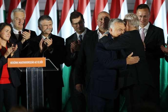 Le premier ministre hongrois Viktor Orban et le maire sortant de Budapest Istvan Tarlos au soir des municipales du 13 octobre.