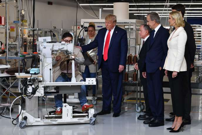 De gauche à droite, Donald Trump, Michael Burke, le patron franco-américain de Vuitton, Bernard Arnault, PDG de LVMH, Ivanka Trump et Alexandre Arnault, au ranch de Rochambeau, près de Dallas, au Texas, jeudi 17 octobre.