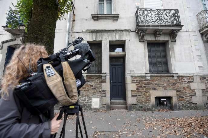 Une journaliste filme la maison où le fugitif Xavier Dupont De Ligonnès est soupçonné d'avoir assassiné en 2011 sa famille, à Nantes, le 12 octobre.