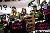 Des activistes manifestent contre l'évasion fiscaledevant l'Assemblée nationale à Paris, le 10 décembre 2018.