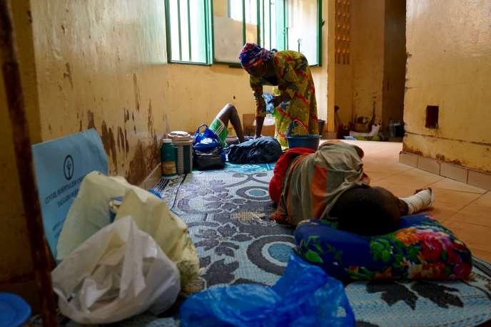 Manque de matériels, locaux vétustes, services saturés... Les patients doivent régulièrement attendre à même le sol avant d'être pris en charge au service des urgences traumatologiques de l'hôpital Yalgado-Ouédraogo, à Ouagadougou.