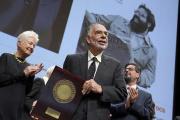 Francis Ford Coppola tient le prix Lumière, reçu à Lyon, le 18 octobre.