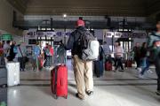 Un passager attend à la gare de Nice lors d'une grève nationale des cheminots de la SNCF, le18 octobre2019.