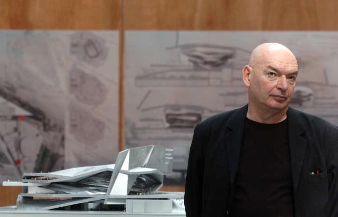 L'architecte Jean Nouvel pose avec ses plans pour la nouvelle Philharmonie de La Villette, à Paris, en 2007.