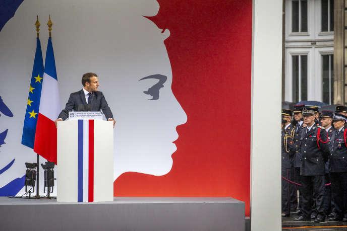 Emmanuel Macron lors d'un hommage aux policiers victimes de l'attaque de la Préfecture de police, à Paris, le 8 octobre.
