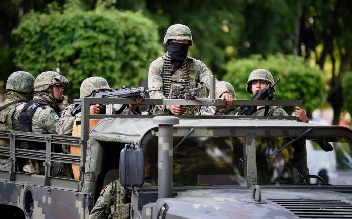 Des soldats mexicains patrouillent devant le palais du gouvernement de l'Etat de Sinaloa, àCuliacan, le 18 octobre.