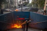 La police utilise un canon à eau pour éteindre une barricade enflammée, au dessus de la station de métro Santa Lucia, à Santiago, le 18 octobre.