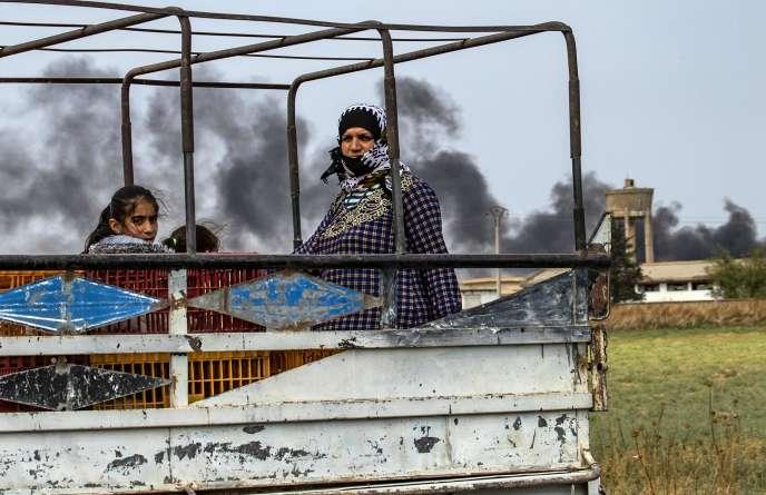 Les civils fuient la campagne de la ville syrienne du nord-est de Ras Al-Aïn au nord-est de la frontière turque, vers l'ouest, jusqu'à la ville de Tal Tamr, le 19 octobre 2019.