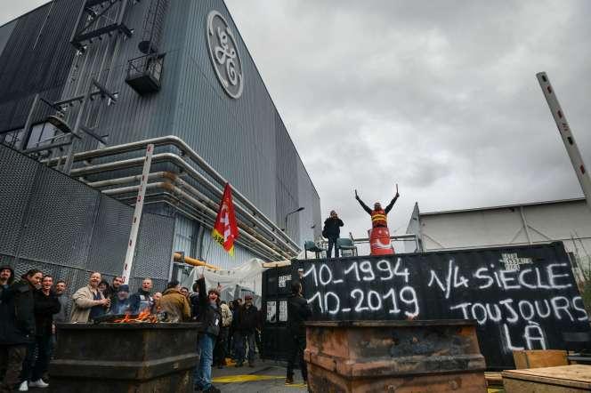 Des employés du géant américain General Electric bloquent l'entrée principale de l'usine de Belfort, le 10 octobre.