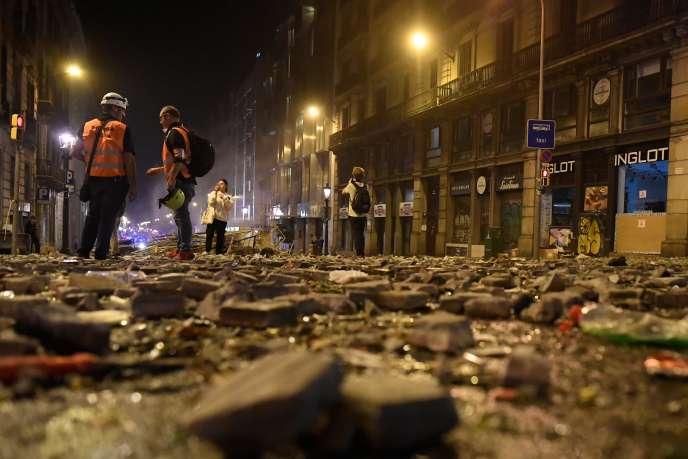 Débris dans une rue de Barcelone après de violents affrontements entre la police etdes militants indépendantistes, le 18 octobre.