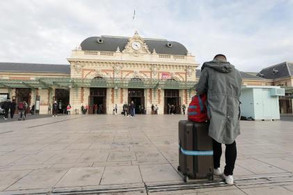 Un passager attend à la gare SNCF de Nice le 18 octobre.