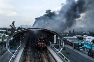Une station de métro incendiée pendant le mouvement de contestation contre la hausse du prix des transports à Santiago, le 19 octobre.