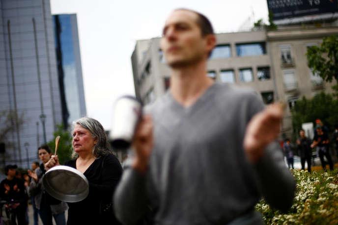 Des manifestants font résonner des casseroles en signe de protestation à Santiago, le 19 octobre.