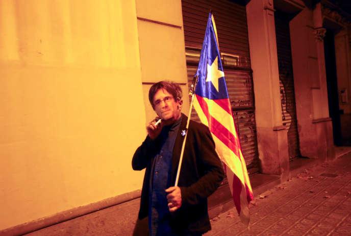 Un manifestant portant un masque de l'ancien président catalan Carles Puidemont, à Barcelon, le 20 octobre 2019.