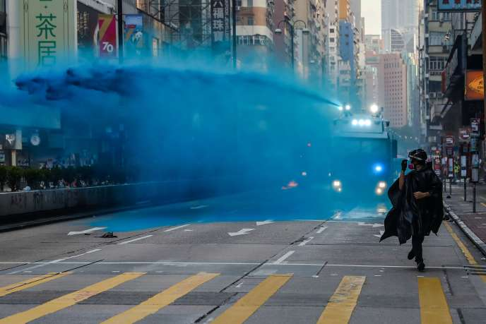 Cette teinture, mélangée à une solution poivrée brûlant la peau, permet d'identifier les manifestants mais laisse les rues et les bâtiments maculés de bleu.
