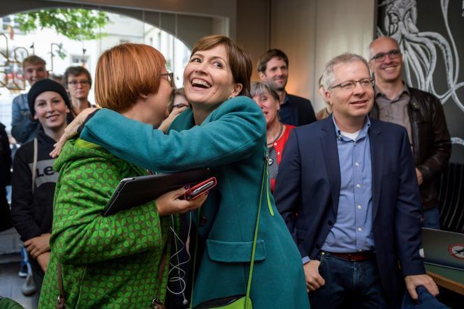 La présidente des Verts, Regula Rytz (au centre), après l'annonce des premiers résultats des élections législatives suisses, à Berne, le 20 octobre.