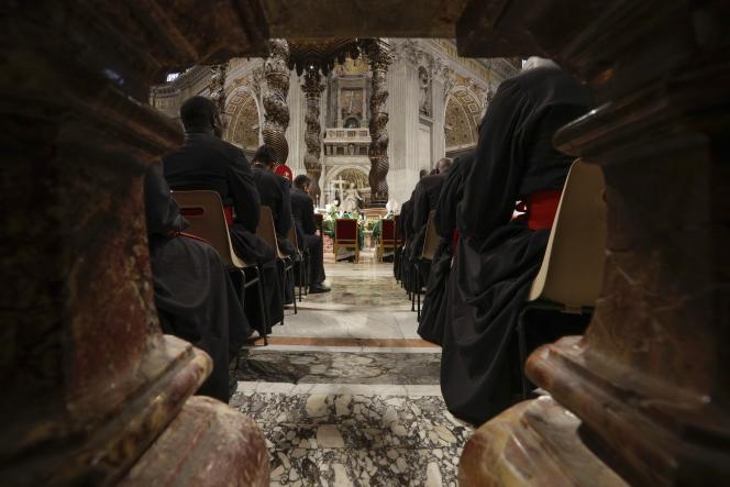 Les prélats lors d'une messe célébrées par le pape François, dans la basilique Saint-Pierre, le 20 octobre.