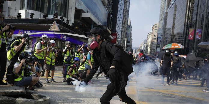 A Hongkong, la foule défie la police après l'agression de deux militants prodémocratie
