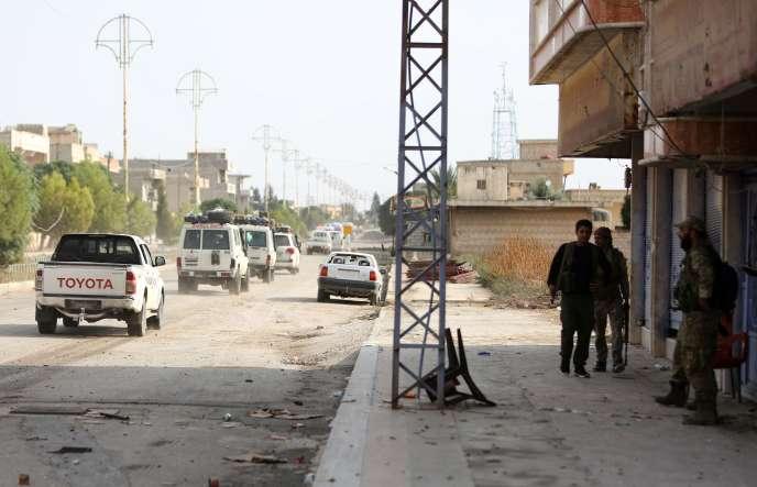 Un convoi des Forces démocratiques syriennes évacue les combattants blessés de la ville frontalière Ras Al-Aïn, en Syrie, le 20 octobre.