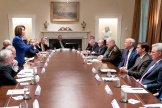 Nancy Pelosi interpelle Donald Trump lors d'une réunion sur la situation en Syrie, le 16 octobre. Image diffusée par la Maison Blanche.