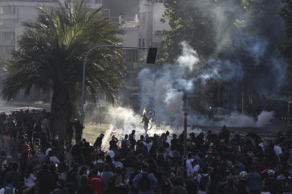 Affrontements entre manifestants et policiers à Santiago, dimanche 20 octobre.