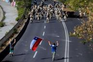 Les militaires chiliens se dirigent vers la manifestation contre le gouvernement, à Santiago, le 19 octobre.