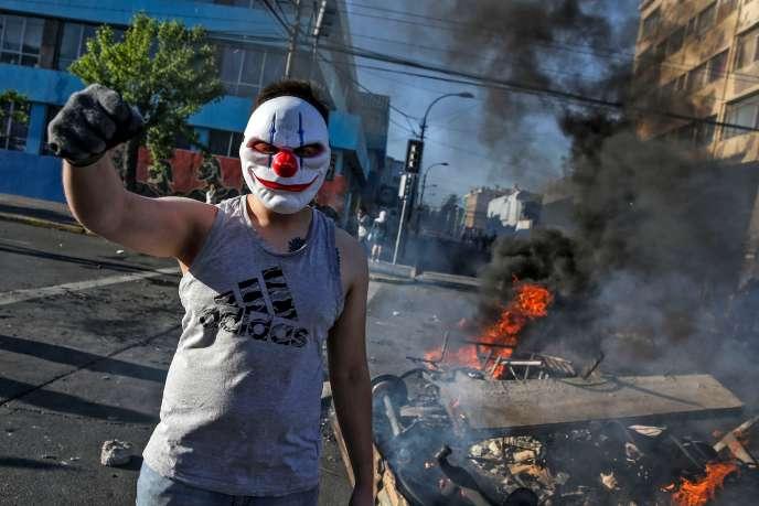 Un manifestant à Valparaiso, au Chili, le 20 octobre 2019.