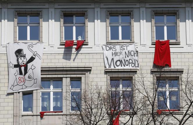 « Ceci n'est pas un Monopoly», affirme une banderole de protestation contre la hausse des loyers à Berlin, le 18 juin.