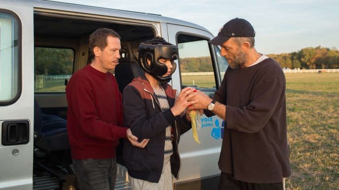 De gauche à droite : Reda Kateb, un jeune homme et Vincent Cassel dans« Hors normes » d'Olivier Nakache et Eric Toledano.