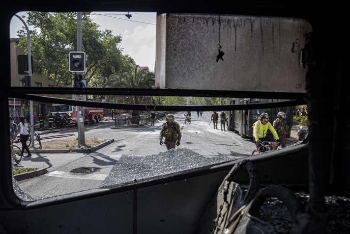 Dans les rues de Santiago, après la manifestation contre l'augmentation des prix du transport, samedi 19 octobre.