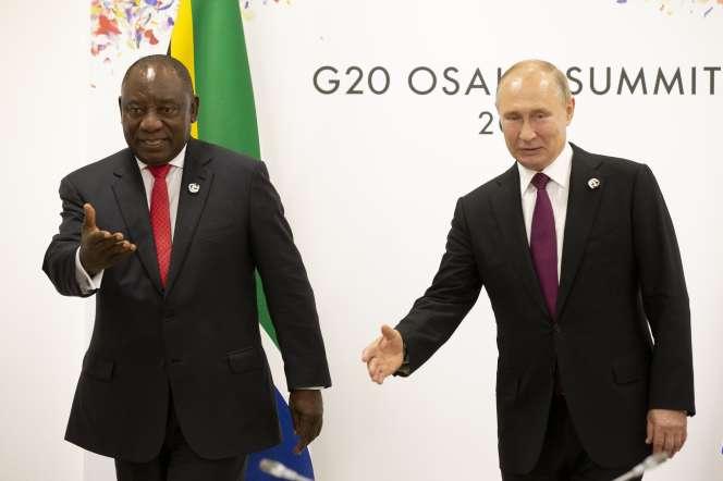 Le président russe, Vladimir Poutine, et son homologue sud-africain, Cyril Ramaphosa, le 28 juin 2019 lors du sommet du G20 à Osaka.