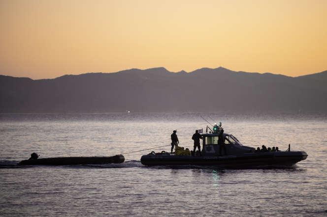 Une patrouille de l'agence Frontex remorqueun canot de migrants sur l'île grecque de Lesbos, le 29 septembre 2019.