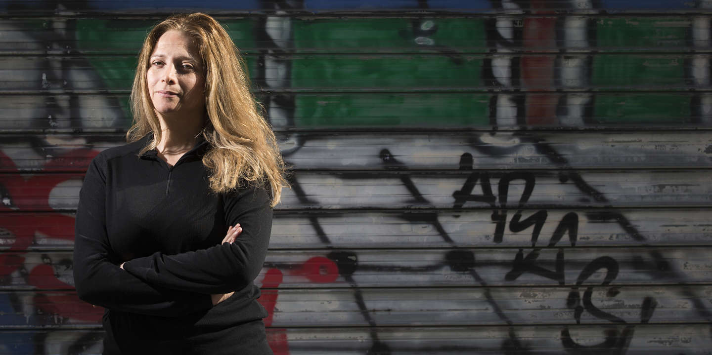Syrian writer and journalist Samar Yazbek poses on September 26, 2014 in Paris. AFP PHOTO JOEL SAGET (Photo by Joël SAGET / AFP)