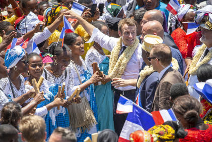 Emmanuel Macron rencontre la population pendant son déplacement à Mamoudzou (Mayotte), mardi 22 octobre.
