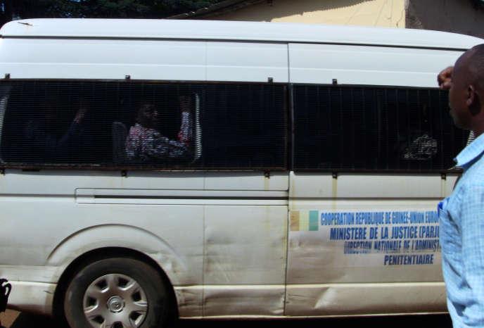Le véhicule transportant les membres du FNDC condamnés par un tribunal de Conakry, en Guinée, le 22octobre 2019.