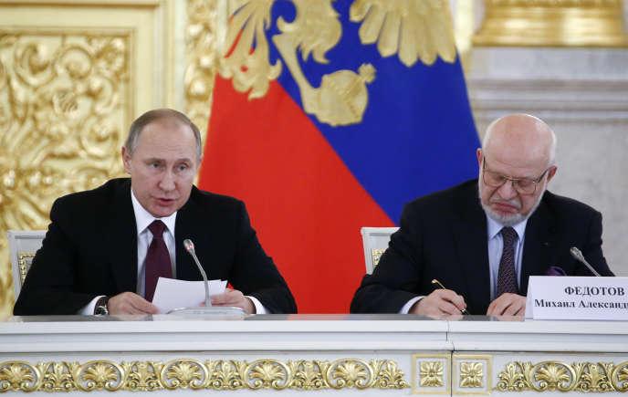 Le président russe, Vladimir Poutine, lors d'une conférence de presse auprès du président du Conseil des droits de l'homme, Mikhaïl Fedotov, le 8 décembre 2016 à Moscou.
