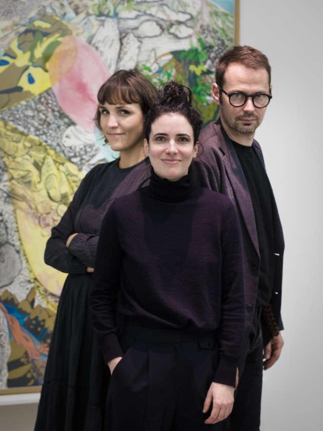 Le duo d'artistesFlorentine et Alexandre Lamarche-Ovize entourent la commissaire de leur exposition au Drawing Hotel, Solenn Morel (au centre).