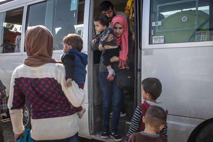 Des réfugiés syriens rejoignent le camp deBardarash depuis Suhaila, près de la frontière irako-syrienne, le 20 octobre.