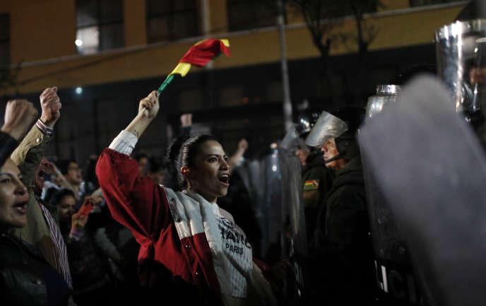 Des partisans de l'opposant Carlos Mesa manifestent à proximité de la Cour suprême électorale, le 21 octobre à La Paz.