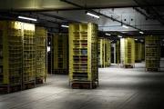 Le centre d'Amazon à Brétigny-sur-Orge, le 22 octobre. Des robots orange à roulettes ordonnent les stocks de l'entrepôt.
