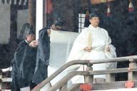 L'empereur Naruhito quitte le sanctuaire de Kashikodokoro, étape de sa cérémonie d'accession au trône, le 22 octobre.