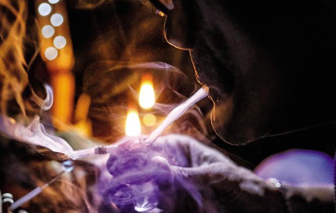 Un usager de méthamphétamine aux Philippines. La drogue est produite à bas coûts, à base de médicaments sans ordonnance et de produits chimiques.