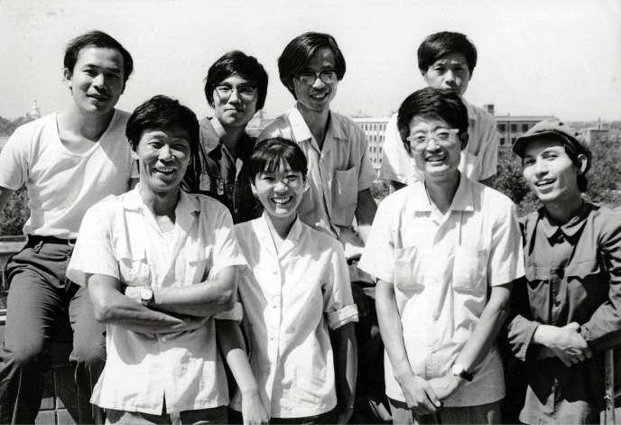 Une partie du collectif des Etoiles, en 1980. Au premier rang, Qu Leilei, Li Shuang, Zhong Acheng etMa Desheng. Au second rang, Wang Keping, Yan Li, Huang Rui etChen Yansheng.