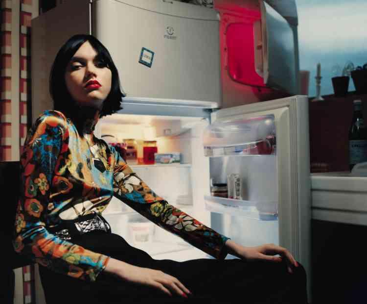 Haut à motif floral en polyamide, pantalon taille haute en laine, ceinture en cuir argenté, Louis Vuitton.
